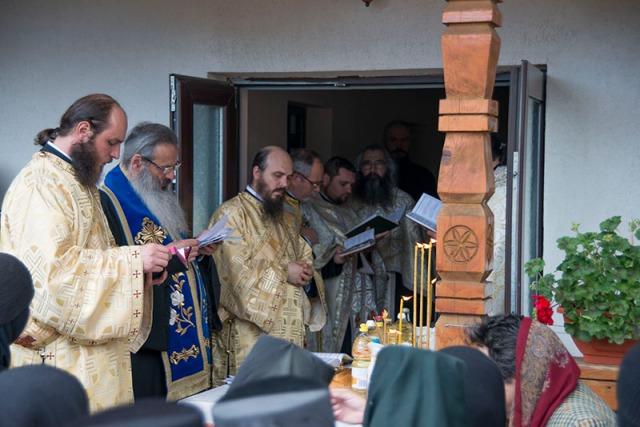 Mitropolitul-Teofan-la-Taina-Sfîntului-Maslu-la-Mănăstirea-Paltin-Vineri-24-Mai-2013