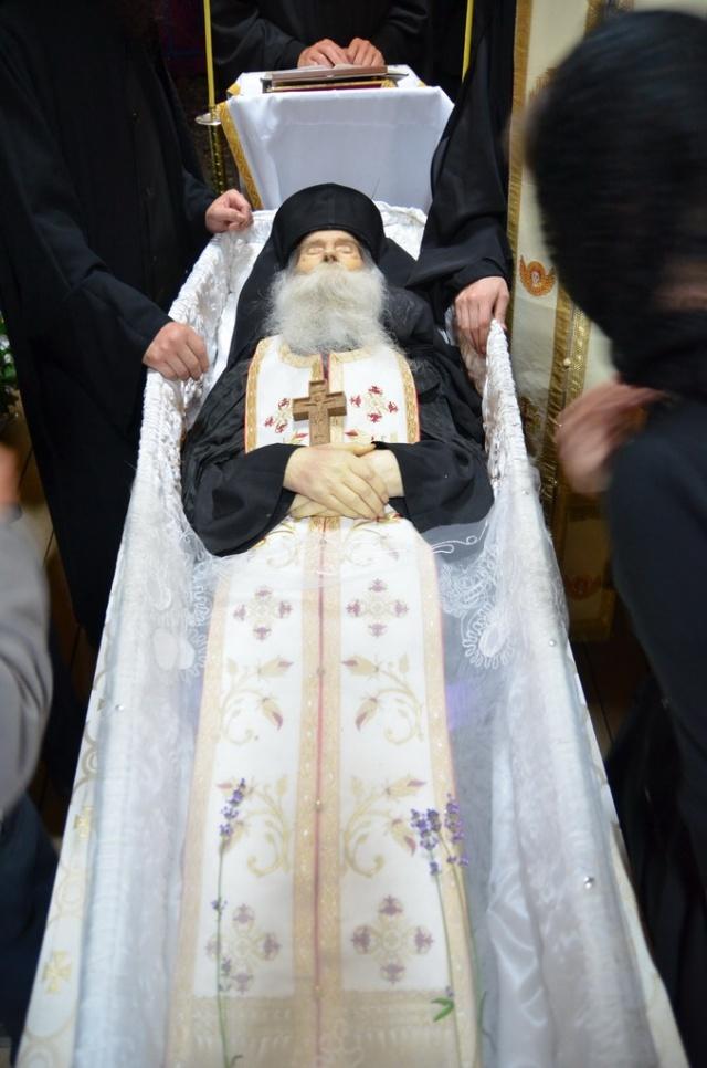 Minunatul trup al Sfantului Parinte Justin Parvu2