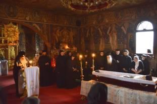 Mitropolitul-Teofan-langa-sicriul-Parintelui-Justin-17.06.2013