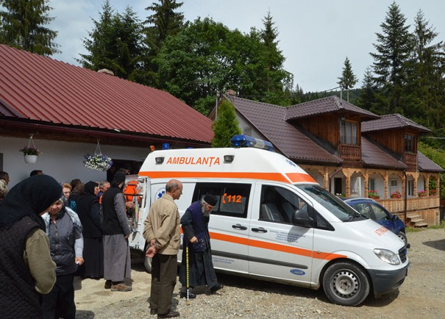 Parintele Justin Ambulanta-la-Manastirea-Petru-Voda-3-Iunie-2013
